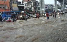 Sudah Diperingati, Mitsubishi Strada Nekat Terabas Banjir di Jambi, Tiga Anak-anak Jadi Korban