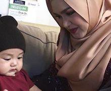 Wajahnya Cute Banget! Cucu Siti Nurhaliza Sukses Bikin Hati Gemas
