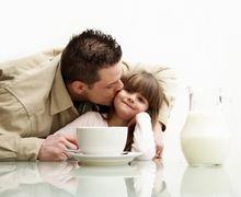 Anak Lebih Mandiri Bila Sering Dipeluk Ayah? Begini Penjelasannya