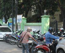 5 Kelakuan 'Gokil' Tukang Parkir yang Bikin Geleng-geleng Kepala!