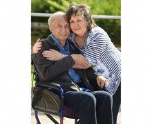 Menderita Dementia dan Tak Ingat Tanggal Menikah, Seorang Suami Melamar Istrinya Lagi
