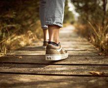 Sehat Mana, Berjalan Memakai Sepatu Atau Tanpa Sepatu? Ini Kata Ahli
