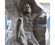 Seorang Seniman Membuatkan Patung Sebagai Hadiah Ulang Tahun Conor McGregor