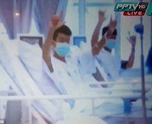 'Kami Baik-baik Saja!', Bocah-bocah yang Selamat dari Gua Itu Tampak Tersenyum dan Melambaikan Tangan di Rumah Sakit