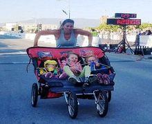 Salut, Ibu Ini Pecahkan Rekor Dunia Setelah Selesaikan Lari Marathon Sambil Mendorong Stroller Berisi 3 Anaknya