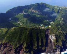 Dianggap Pulau Berbahaya, Penduduk Desa Ini Malah Tinggal di dalam Kawahnya