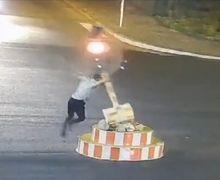 (Video) Tak Sabar Menunggu Lampu Merah, Pria Ini Memutuskan untuk Merobohkannya