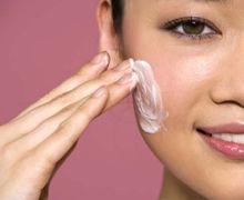 Enggak Hanya Pagi & Malam, Skincare Juga Harus Dipakai di Jam Tertentu. Ini Jadwalnya!