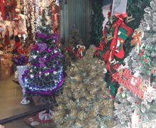 Saatnya Berburu Pohon Natal di Pasar Asemka, Harganya Miring!