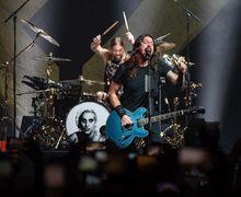 Dave Grohl Lagi-Lagi Jatuh dari  Panggung, Untung Kali Ini Aman!
