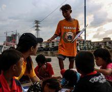Duh, Ternyata di Pinggir Beton Jakarta Ada Sekolah Sukarela yang Bikin Kita Trenyuh. Lihat Fotonya Yuk