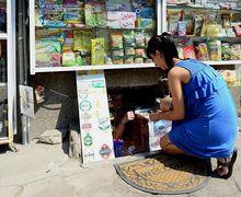 Mirip Penjual Nasi Lewat Lubang di SCBD, Toko Kelontong Ini Tingginya Cuma Selutut!