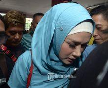 Dikawal 6 Pria Berbadan Tegap, Mulan Jameela Jenguk Ahmad Dhani di Rutan Medaeng Sidoarjo