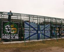 Klub Asal Polandia Sediakan Kandang Manusia Bagi Suporter Lawan yang Bertandang ke Stadion