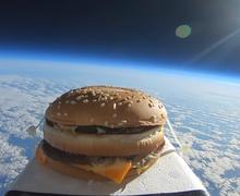 Pengalaman Unik Petugas Klub Inggris, Temukan Burger yang Mendarat dari Ruang Angkasa