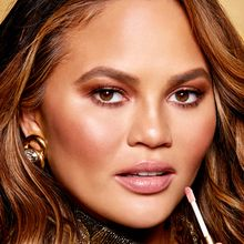 Kolaborasi Becca dan Chrissy Teigen Hadirkan Makeup Terbaru Bernama The Cravings Collection