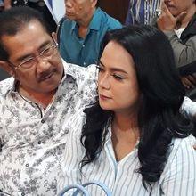 Berderai Air Mata, Shezy Idris dan Suami Bersanding di Sidang Perdana