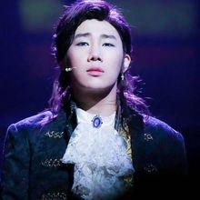 Enggak Cuma Nyanyi, 5 Idol Kpop Cowok Ini Juga Jago di Teater Musikal