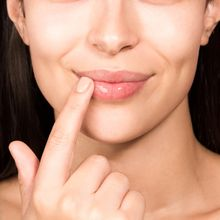 Fatal! Ini 4 Kesalahan yang Suka Kita Lakukan Saat Scrub Bibir!