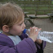 Catat! 3 Cara Mudah Ini Ampuh Buat Si Kecil Mau Minum Banyak Air Putih