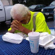 Usir Kakek yang Wajahnya Rusak Akibat Kanker, Tanggapan Kejam Manajer Restoran Ini Bikin Warganet Geram!