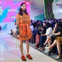 Terinspirasi dari Dua Anak Tuna Netra, Koleksi Fashion MORAL Ini Memukau Penonton