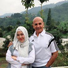 Beda Usia 45 Tahun, Keasrian Rumah Mewah Mark Sungkar dan Istri Baru Bikin Makin Harmonis!