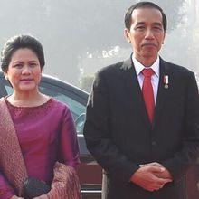 Gandengan Mesra ala Presiden Jokowi dan Ibu Iriana, So Sweet!