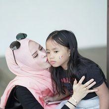 Disebut Adik Vicky Prasetyo Kena Azab karena Muntah Kain Kafan, Momen Makan ini Buktikan Angel Lelga Seorang Ibu Sejati