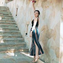 Menawan, Yuk Contek Gaya Pamela Bowie Bermain dengan Midi Dress