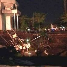Jalan Raya Gubeng Surabaya Ambles, Warga Dengar Gemuruh dan Ledakan Saat Kejadian