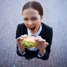 Ingin Lebih Bahagia dan Cantik? Stop Konsumsi Makanan Ini Yuk Moms