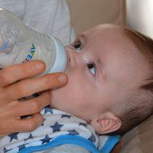 Terlalu Lama Pakai Botol Ganggu Kesehatan Si Kecil, Pahami Tanda Ia Bisa Lepas dari Botol Susu