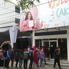 Belum Genap 2 Tahun, Bangunan Toko Roti Via Vallen Ditutupi Baliho