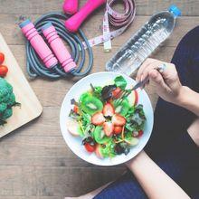 Suka Makan Berlebihan Sebelum Kenyang? Yuk Ikuti Tips Ini Moms