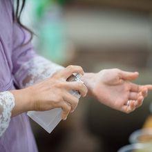 Mengapa Dianjurkan Menyemprotkan Parfum di Pergelangan Tangan?