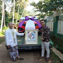 Bukan Emas Atau Seperangkat Alat Sholat, Mempelai Pria Beri Mahar Mobil dan Bawa Langsung ke Panggung Pernikahan