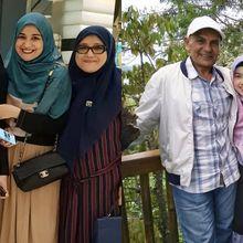 Bikin Vlog Bareng, Begini Kompaknya Ibunda Shireen Sungkar dan Istri Baru Ayahnya