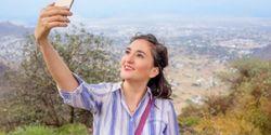 Trik Abadikan Foto Travelling Lewat Hape, Jangan Pakai Tongsis!