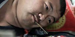 Unik! Pria Asal Tiongkok Ini Bisa Main Game Pakai Sumpit, Kamu Bisa?