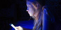 Awas! Cahaya Biru di Ponsel Bisa Percepat Proses Kebutaan Lho!