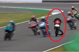 VIDEO - Kecelakaan Brutal Bikin Motor Pembalap ini Bannya Lepas