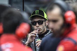 Duel Valentino Rossi dan Lewis Hamilton Bakal Digelar di Abu Dhabi?