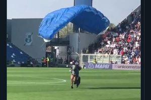 Sassuolo Vs Inter Milan - Cara Baru Menyusup Lapangan, Pakai Parasut
