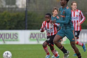 Pemain Ajax Amsterdarm Gegerkan Publik karena Seperti Menara di Antara Kurcaci