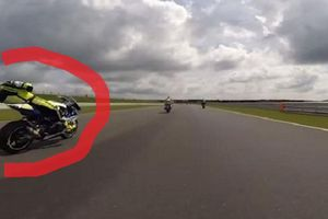 Nyaris Dihampiri Maut, Pembalap ini Pingsan di Atas Motor saat Kecepatan Tinggi