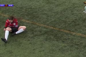 VIDEO - Ngilu, Pesepak Bola Wanita Ini Pukul Tempurung Lutut yang Geser