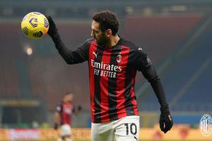 Hakan Calhanoglu dan Theo Hernandez Positif COVID-19, AC Milan Alami Badai Cedera