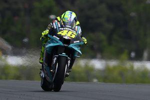 Momen Valentino Rossi Memungut Ponsel Jurnalis di MotoGP Perancis