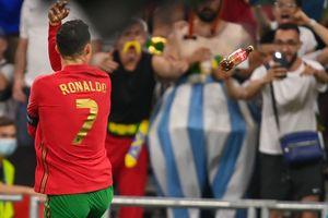 Euro 2020 – Kualat dengan Coca-Cola, Cristiano Ronaldo Dihujani Lemparan Botol